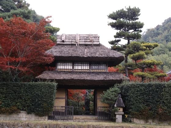 登録記念物庭園「いばらき門」の萱葺きを改修したい