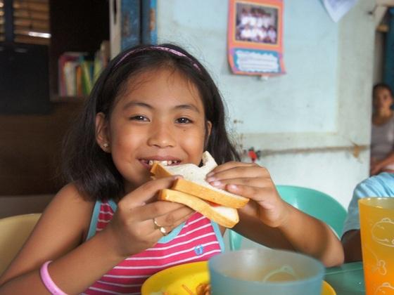 フィリピンのセブ島に暮らす貧しい子供たちに健やかな学校生活を