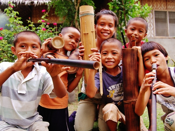 フィリピンの孤児たちが音楽隊結成!専門家を日本から派遣して応援