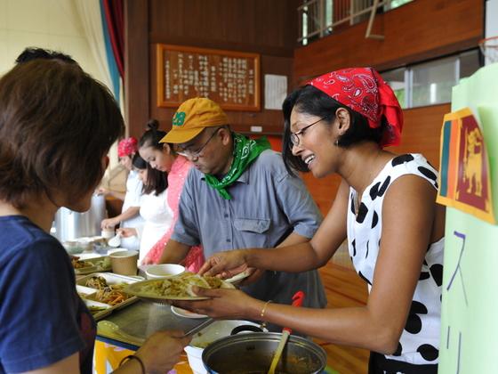 陸前高田の仮設住宅で滞日外国人が「アジアンランチ」炊き出し