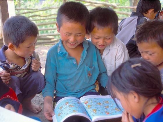 ラオスの小さな村の図書館を、世界の絵本と出会える素敵な場に!