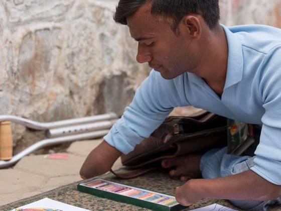 両手・右足を持たないネパールの青年が描いた絵で絵本を!