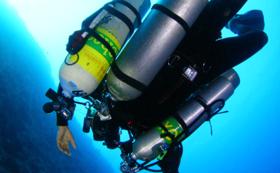 <タンクに社名のステッカーを貼ります!>水中探検家 広部俊明の挑戦を全力応援!
