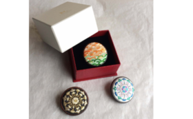 【Premium】絹糸の美しさをお手元に。13種の刺繍ブローチから1点をお選びいただき、受注制作いたします