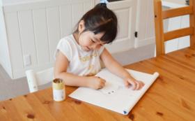 返礼A:子供たちがデザインした絵葉書が届きます。