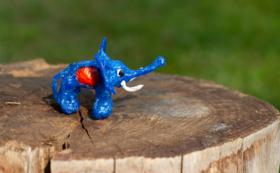 アンタールさんがレジ袋で作った「小さな象」