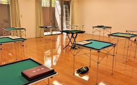 私たちと一緒に勉強しましょう。麻雀の楽しさを実感するには麻雀牌に触ることです。指先の感触と頭を使う楽しさが脳内を大掃除。