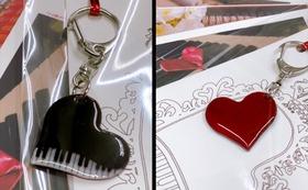 グランドピアノのキーホルダー(ポストカード3枚付き)