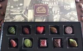 TVでもおなじみ須藤銀雅氏作、美しいボンボン・ショコラ10粒。中には鮮烈な味わいのガナシュ(生チョコ)!