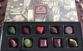 本クラファン特製!須藤シェフ謹製のパタネモ粒チョコ。中には鮮烈な味わいの生チョコ!