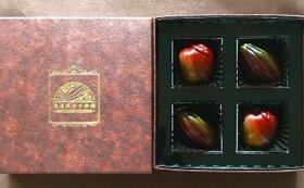 TVでもおなじみ須藤銀雅氏特製、美しいボンボン・ショコラ4粒。中には鮮烈な味わいのガナシュ(生チョコ)!