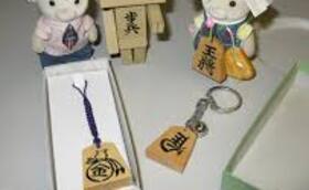 大会派遣プロ棋士サイン色紙、伝統工芸士國井天竜氏の彫った名入れキーホルダー、書き駒体験チケット2名分