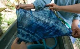 南相馬の農家民宿で藍染体験