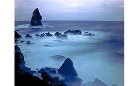 私のオリジナルプリント  沼島(1)    『夕暮れの上立神岩』をお送りします。