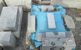 胆振東部地震で全壊した我が家のお墓です。ビニールシートで何とかしのいでおります。