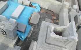 胆振東部地震で全壊した我が家のお墓(壊滅状態です)