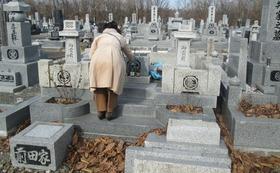 胆振東部地震で全壊した我が家のお墓(線香立てもこのありさまです)