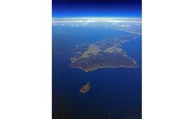 私のオリジナルプリント 沼島(5)    『沼島上空と淡路島』をお送りします。