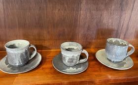 まるで石のような温もりのある知床窯の黒粉引のコーヒーカップをあなたのお手元にお届けします。
