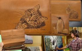 「長財布」【文字入れ自由】上林泰平がバーニングアートで温かみのある動物を描きました。