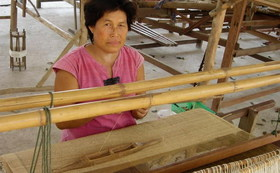 タイ北部の山岳民族の村を訪ね、観光客が訪ねる事の出来ないヘンプの栽培地や、手織りの現場をご案内!
