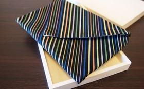 「縞縞SHIMA-SHIMA」ブランドの小倉織「袱紗」。シャープで粋なデザインは年代を問わずにお使いいただけます。プロジェクトメンバーが心をこめて手作りします。お礼の手紙もお送りします。