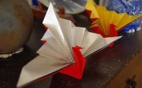女川町の女性たちが作る「笑顔の鶴」