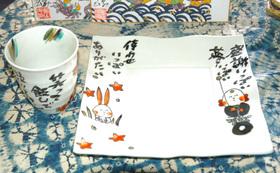 完成した遊墨画集とカップ2客とパスタ皿2枚と絵葉書を贈呈