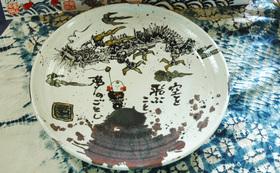 完成した遊墨画集と画集の中から選んでいただいたデザインを絵付けした皿と絵葉書を贈呈