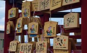 絵馬に伝筆で願いを書いて北海道神宮へ奉納