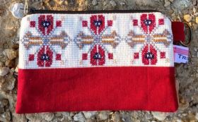 ‖参加者の女性達が心を込めて手作りしたアラブ風の刺繍入りメークアップポーチ(赤色)