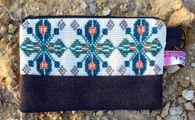 ‖参加者の女性達が心を込めて手作りしたアラブ風の刺繍入りメークアップポーチ(青色)