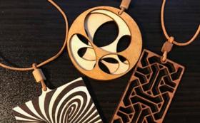 【丹後のアーティスト:千田雅彦コレクションから】木製ペンダントネックレスをお届け!