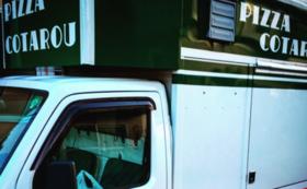 移動式ピッツェリアの車体に貴社の社名を貼ります