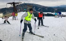 ブラインドスキーに挑戦する様子を見守ってサポート