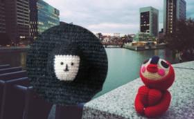 旅するあみぐるみ(パリ編)の写真本+おにぎり梅子のブローチをお贈りします!