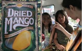 ドライマンゴー付き 子供たちの笑顔を手作り写真立てに入れてお届けします
