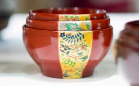 """【""""漆結い""""ギフト】めぐる三つ組に限定特注品として「四季草花」の美しい蒔絵をお入れします"""