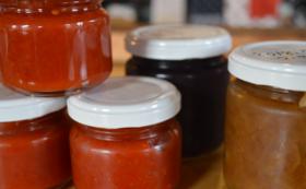 地場の無農薬野菜や果物を使った自家製のジャム、味噌、蕗味噌、オレンジピールなど
