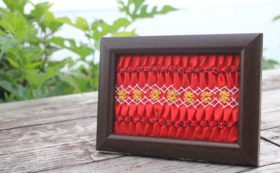 キリバス民族衣装「tibuta」の胸のデザインを額縁に