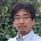 佐藤裕一(回答する記者団)